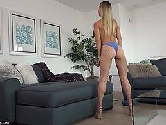 Блондинка сняла шортики и показывает упругую задницу и грудь...