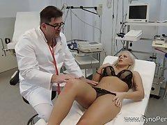 Гинеколог у себя в кабинете трахает блондинку с большой попо...