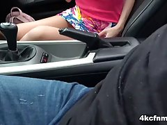 Брюнетка в машине дрочит член старика и делает минет нежными...