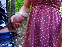 Парень на природе подглядывает за брюнеткой в платье и снима...