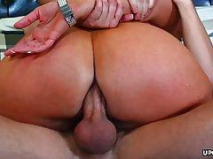 Грудастая брюнетка мамочка подставляет свою большую попу для...
