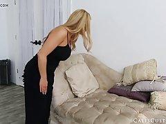 Блондинка позирует перед камерой и показывает большие сиськи
