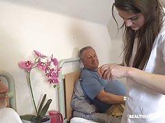 Молодая брюнетка медсестра ублажает в палате двух озабоченных стариков