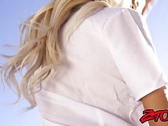 Блондинка в униформе студентки подставляет киску для хардкора с бородатым парнем