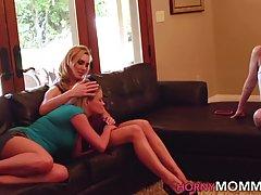 Лесбиянки мамочки на диване полируют друг другу сочные щели...