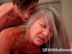 Зрелая женщина в постели скачет на члене молодого внука и ко...