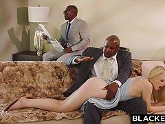 Блондинку поимели в позе раком два черных парней с большыми ...