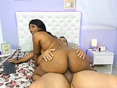 Индианка с большой попой и ее белый друг снимают на видео ка...