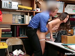 Очаровательную девушку поймали на краже и она трахалась чтоб...