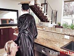 Блондинка мамочка поздравляет пасынка в униформе горячим сек...