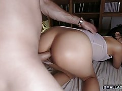 Азиатка в очках старается удовлетворить своего партнера минетом, дрочкой и сексом