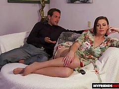 Мамочка с большими сиськами раздвигает ноги в чулках для ваг...
