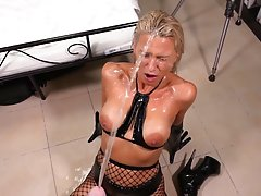 Блондинка в чулках подставляет свою сочную попку для анально...