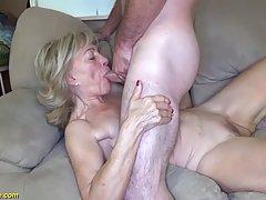 Зрелая женщина делает минет мужику и насаживается киской на ...