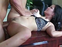 Директор соблазнил на секс азиатскую милфу и на столе довел ...