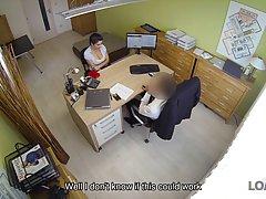 Брюнетка на работе светит сиськами перед боссом и трахает его пилоткой на столе