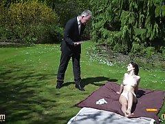 Седой мужик на лужайке трахает молодую брюнетку гигантским ч...