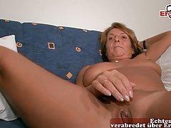 Зрелая дамочка на диване занимается мастурбацией и кончает на видео камеру