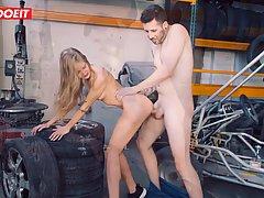 Механик в гараже натирает молодой девушке пизду бритым сочны...
