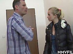 Женатик расстегнул джинсы и выдал молодой блондинке в ротик твердый стояк