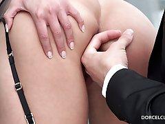 Модель в чулках позвала дизайнера на долгий анальный секс на веранде особняка