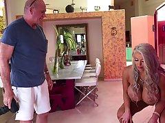 Жена-блондинка перед мужем трахается в растянутое влагалище ...