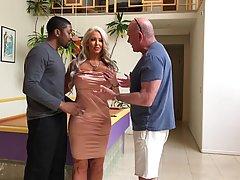 Жена-блондинка перед мужем трахается в растянутое влагалище с негром