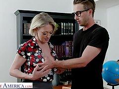 Попастая учительница полирует молодому студенту член дырочко...
