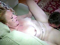 Жена готова к разнообразному домашнему порно с седым мужем на диване и полу