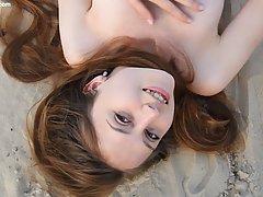 Девушка в пустыне лежит на песке и снимает интимное соло, от...