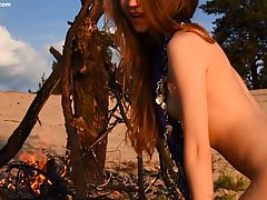 Девушка в пустыне лежит на песке и снимает интимное соло, от которого жарко сквиртит