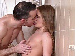 Молодая девушка в ванной садится на выбритый пенис высокого ...