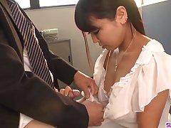 Азиатка в офисе до спермы полирует член начальника в очках и кончает от счастья