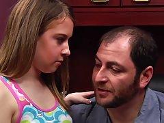 Молодая девушка на столе дает боссу в одежде в нежное глубок...