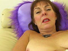 Зрелая дамочка в черных колготках занялась на диване красиво...
