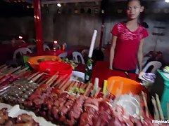 Азиатская продавщица с рынка пошла трахаться с симпатичным п...