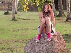 Девушка мутит соло на камне под березой в лесу и легонько сквиртит от счастья