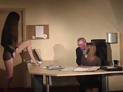 Старый директор разминает на столе две молодые вагины личных...