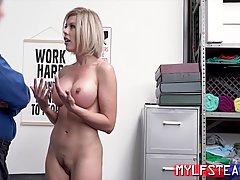 Сисястая блондинка отсасывает охраннику толстый пенис и полу...