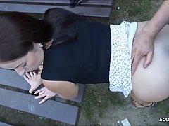Толстушка в парке на лавочке раком трахается с незнакомцем и...