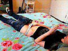 Девушка спустила джинсы и запустила пальчики для соло мастурбации на камеру
