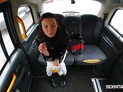 Брюнетка в машине подставляет ротик для минета развратному в...