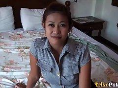 Девушка азиатка в розовых трусиках подставляет сочную щель для домашнего порно от первого лица