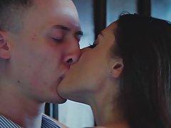 Брюнетка с большими дойками после поцелуев подставляет ротик для классического минета