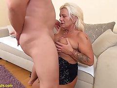 Зрелая женщина во время прелюдии подставляет тугую попку для анального секса