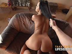 Sexy brunette is sucking cock like a real pro and expecting ...