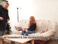 Рыжая девушка на диване спускает джинсы и подставляет киску ...