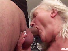 Зрелая женщина после минета на кухне прогнулась в позу раком...