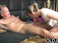 Старый мужик вставляет член в киску молодой девушки и наслаж...