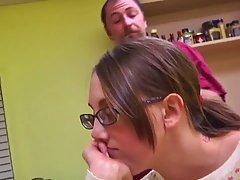 Девушка в очках и ее отчим на кухне решили снять домашнее по...